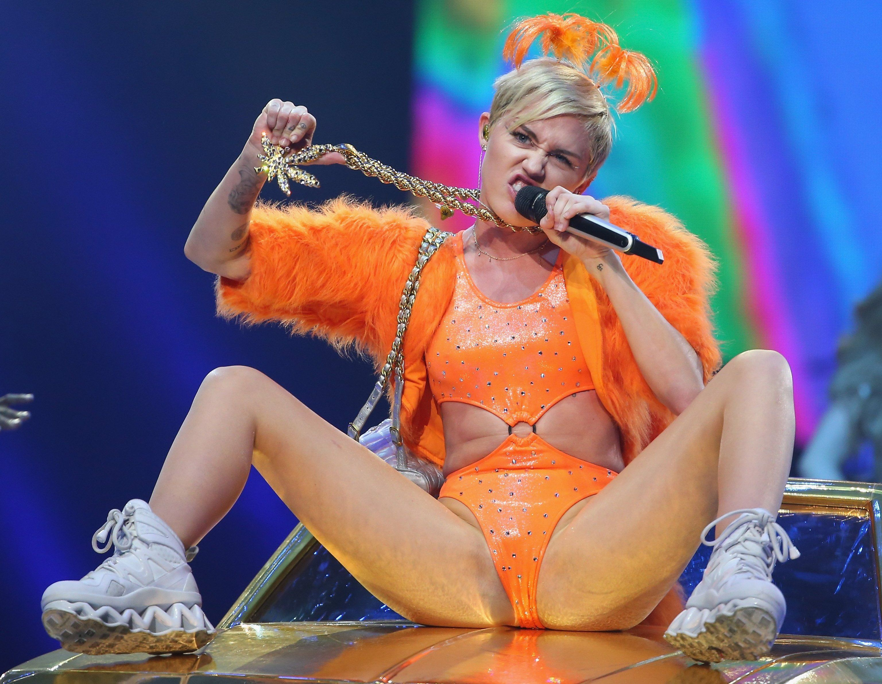Has miley cyrus a girl she give